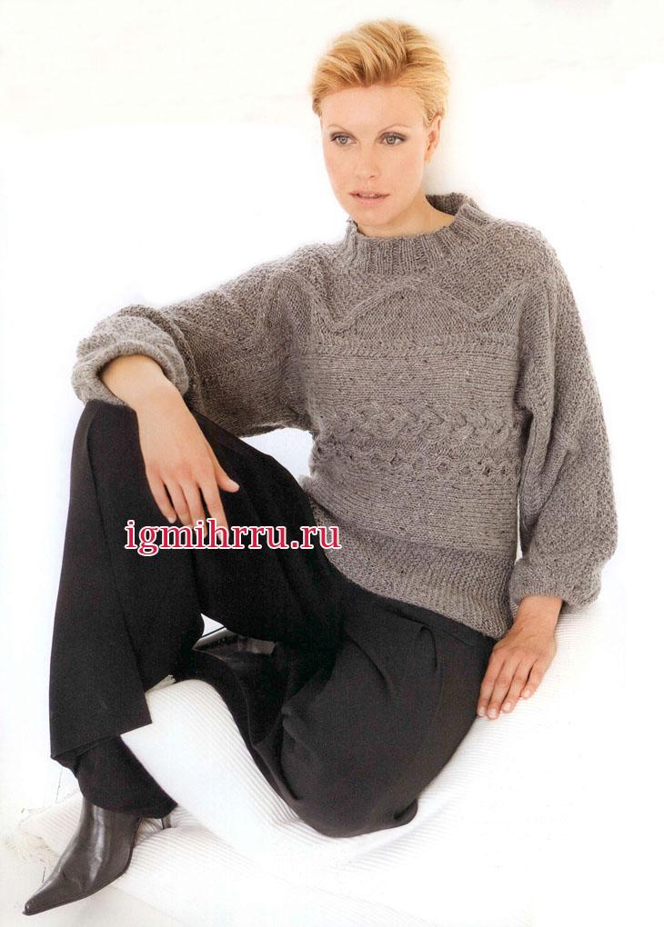 Серый пуловер с рельефными узорами и косами, связанный поперек. Вязание спицами