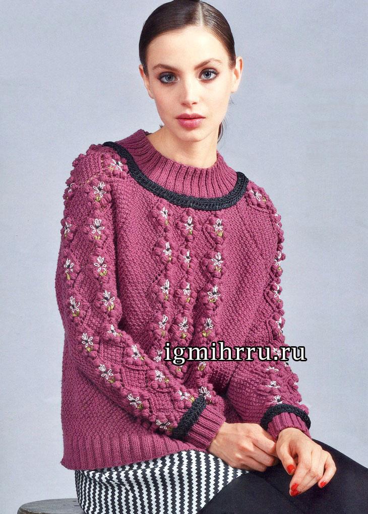 Бордово-коричневый пуловер с весенними цветами. Вязание спицами