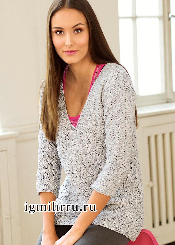 Светло-серый пуловер с V-образным вырезом горловины и ажурным узором бантики. Вязание спицами
