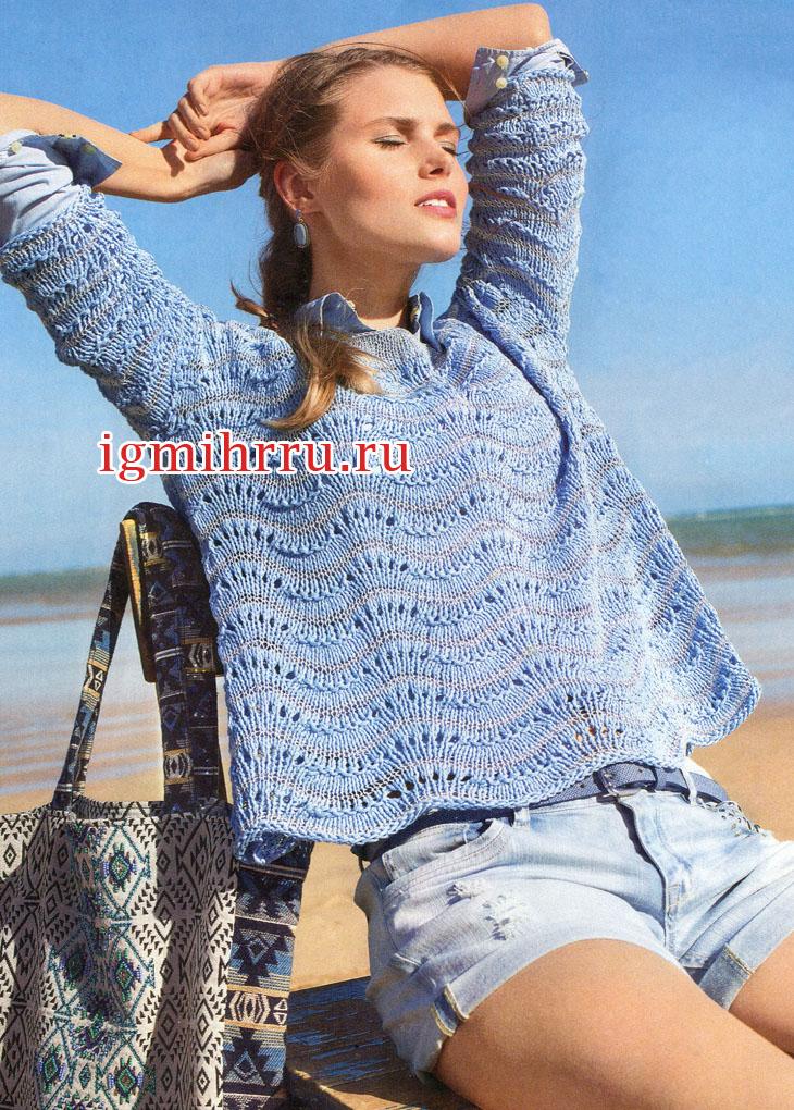 Лазурно-голубой пуловер с волнистым узором. Вязание спицами