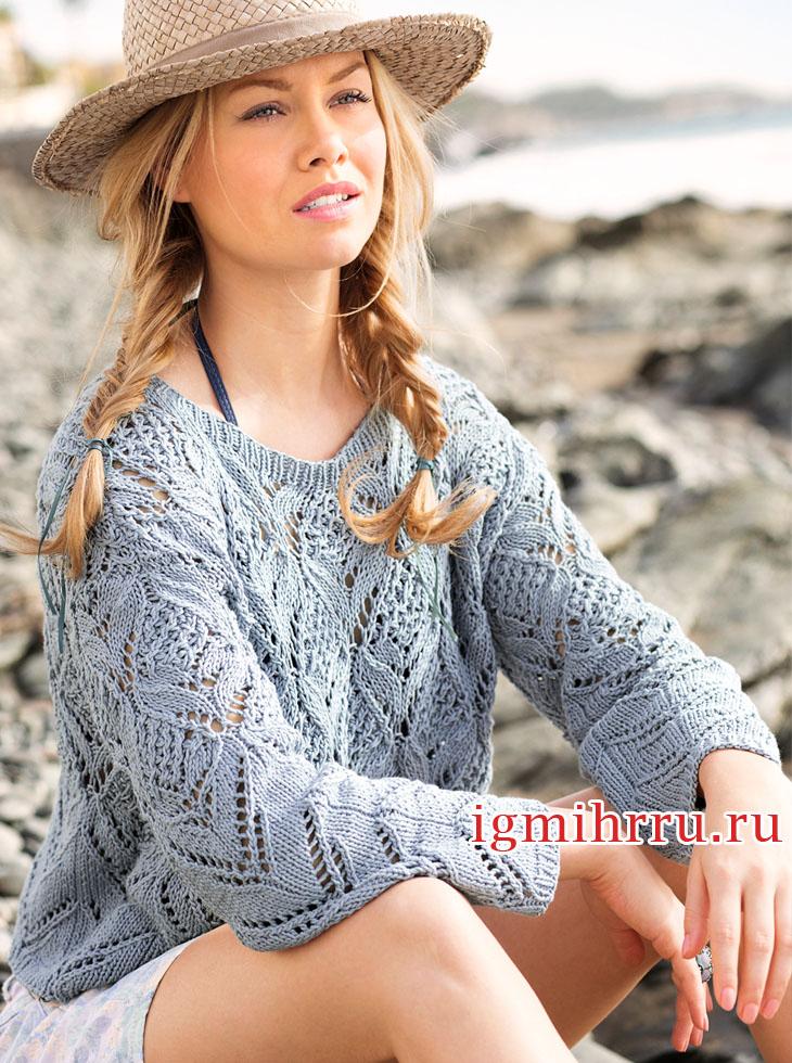 Пуловер голубого цвета с фантазийным ажурным узором. Вязание спицами