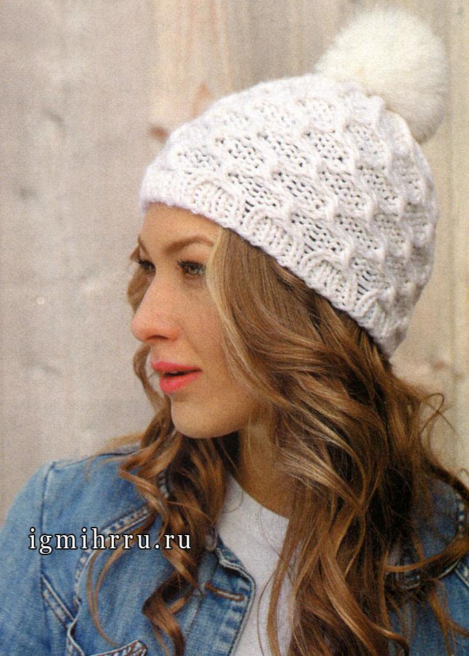 Белая шапка с рельефным узором и помпоном, от финских дизайнеров. Спицы