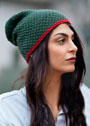 Зеленая шерстяная шапка с красной отделкой. Спицы