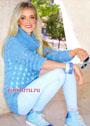 Женственный голубой свитер с ажурным переплетающимся узором. Спицы