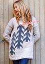 Свободный светлый свитер с рисунком из елочек. Спицы