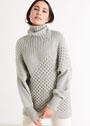 Серый свитер с узорами, расположенными по диагонали. Спицы
