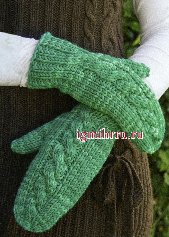 Зеленые варежки с центральным узором с косой. Вязание спицами