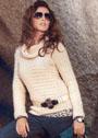 Светлый пуловер из резинки, связанной в разных направлениях. Спицы